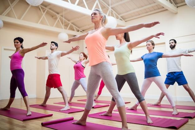 Grupa ludzi wykonujących ćwiczenia rozciągające