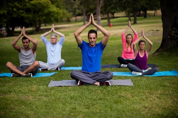 Grupa ludzi wykonujących jogę