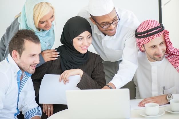 Grupa ludzie biznesu dyskutuje przy spotkaniem