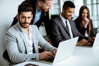Grupa ludzie biznesu dzieli ich pomysły w biurze