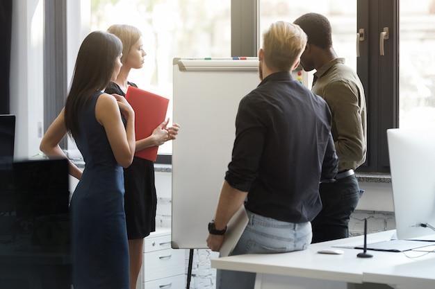 Grupa ludzie biznesu ma spotkania przy biurem