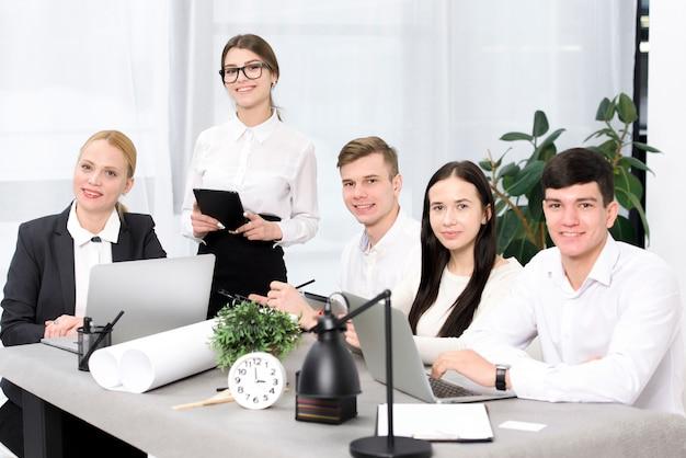 Grupa ludzie biznesu siedzi w konferencyjnym stole