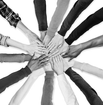 Grupa ludzkich rąk trzymających się razem