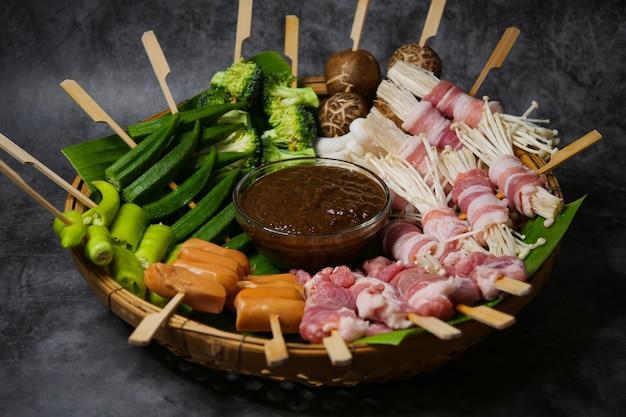 Grupa mala grill z grilla (bbq) z papryką syczuańską, ostre i pikantne oraz pyszne uliczne jedzenie
