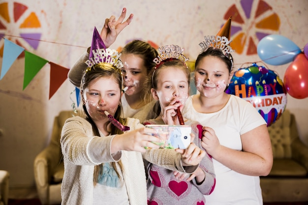 Grupa małe dziewczynki bierze urodzinowego selfie
