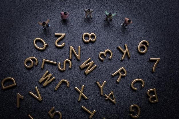 Grupa małych biznesmenów i alfabetu