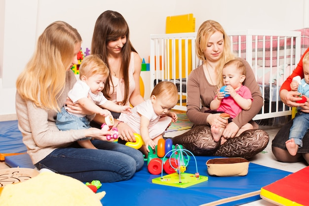 Grupa matek z dziećmi zebrała się, aby porozmawiać