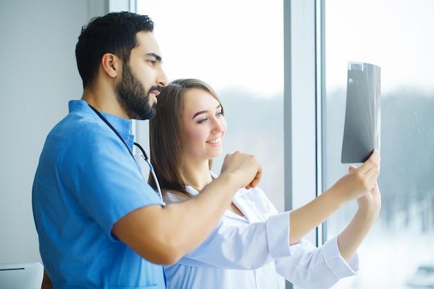 Grupa medyczni pracownicy pracuje wpólnie w szpitalu