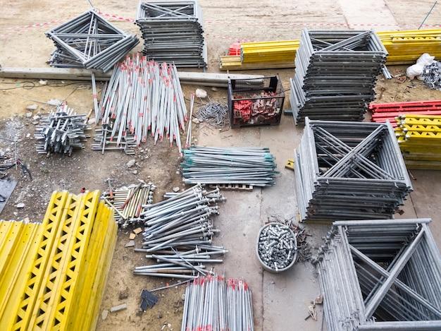 Grupa metalowej ramy i stosu wyposażenia na betonowej płycie fundamentowej do wykorzystania przy budowie konstrukcji