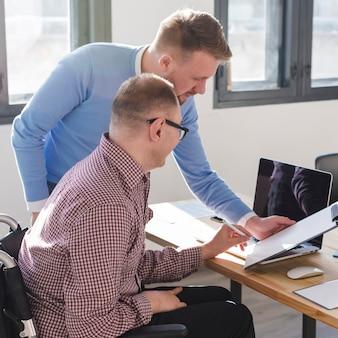 Grupa mężczyzn pracujących razem w biurze