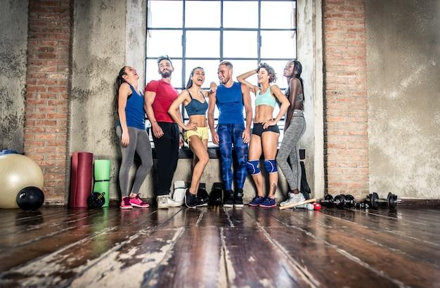 Grupa mieszanej rasy sportowca na siłowni
