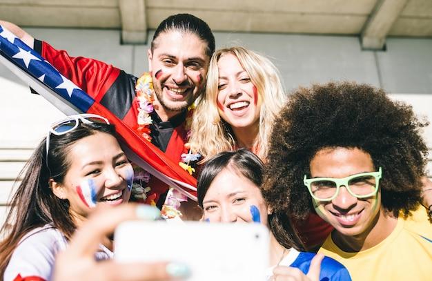 Grupa mieszanych fanów piłki nożnej przy selfie