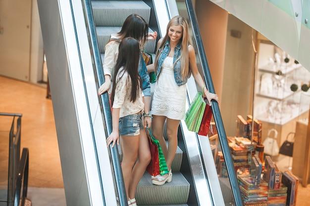 Grupa młode atrakcyjne kobiety robi zakupy