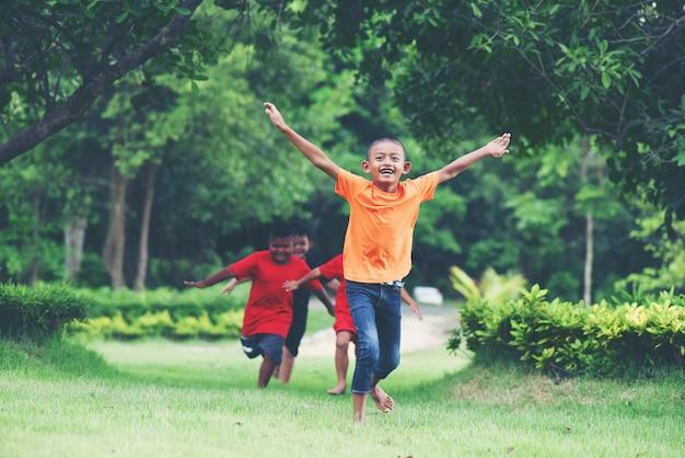 Grupa młode dzieci biega i bawić się w parku