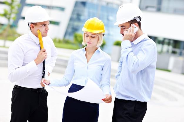 Grupa młodych architektów na miejscu