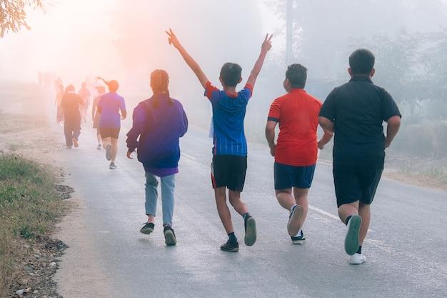 Grupa młodych biegaczy maratonu na ulicy.