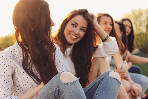 Grupa młodych dziewcząt szczęśliwy przyjaciół cieszyć się życiem na ulicy miasta latem
