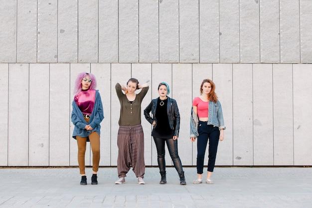 Grupa młodych fajnych kobiet o różnorodnych stylach