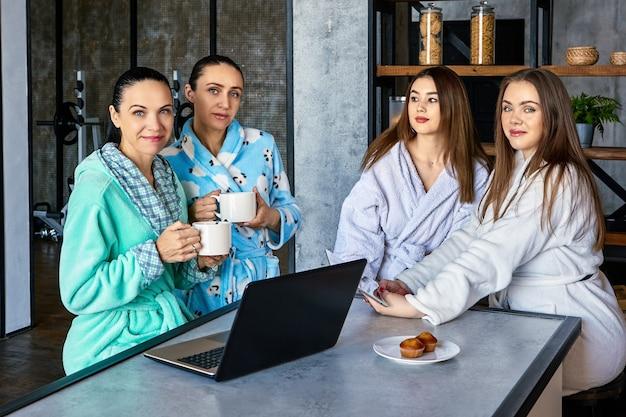 Grupa młodych kobiet konferuje podczas śniadania