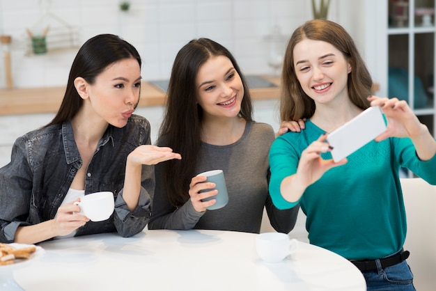 Grupa młodych kobiet razem biorąc selfie