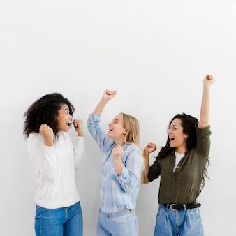 Grupa młodych kobiet razem dopingować