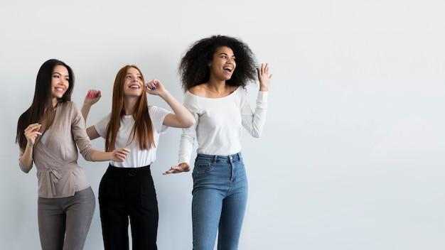 Grupa młodych kobiet szczęśliwy razem