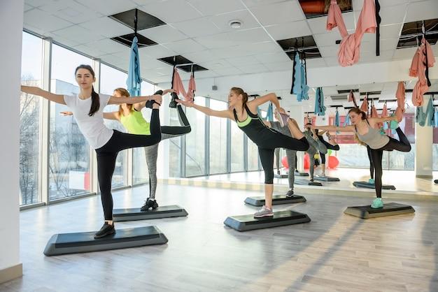 Grupa młodych kobiet trenujących na siłowni