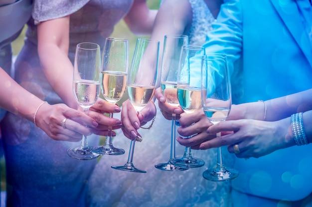 Grupa młodych kobiet wpada na szklankę, aby świętować.