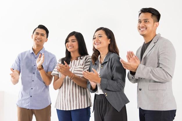 Grupa młodych ludzi biznesu oklaski
