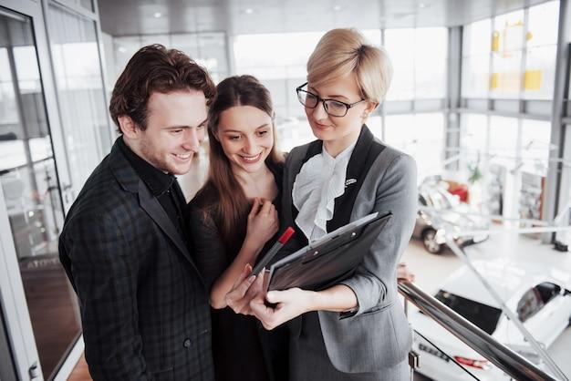 Grupa młodych ludzi biznesu pracujących razem w dużym biurze coworkingowym.