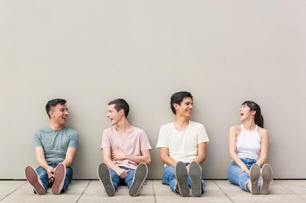 Grupa młodych ludzi chłodzących razem