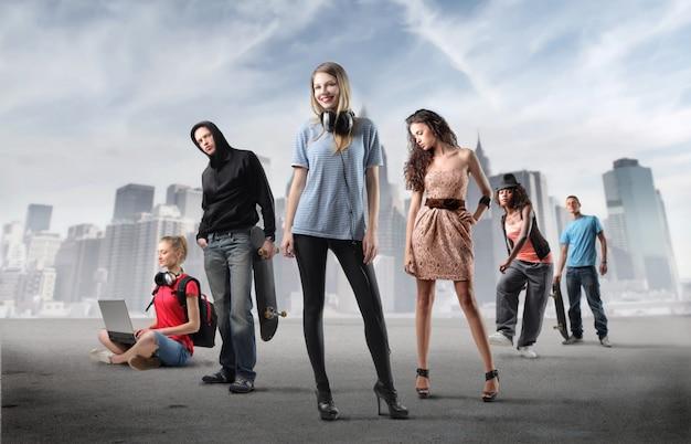 Grupa młodych ludzi i miasta