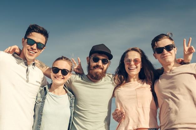 Grupa młodych ludzi lubi letnie imprezy na plaży