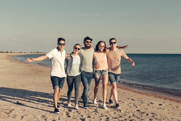 Grupa młodych ludzi lubi letnie przyjęcie na plaży