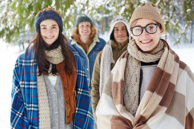 Grupa młodych ludzi na ferie zimowe