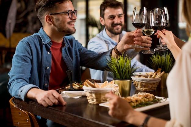 Grupa młodych ludzi obiad w restauracji