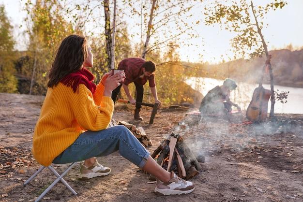 Grupa młodych ludzi odpoczywa na łonie natury