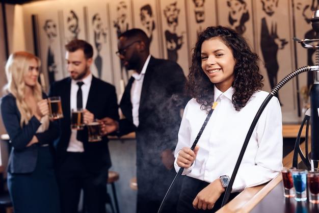 Grupa młodych ludzi odpoczywa w barze.