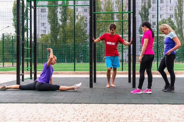 Grupa młodych ludzi pracujących razem