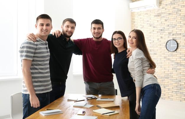 Grupa młodych ludzi razem, w pomieszczeniu.