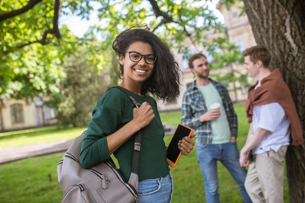 Grupa młodych ludzi spędzających razem czas w parku