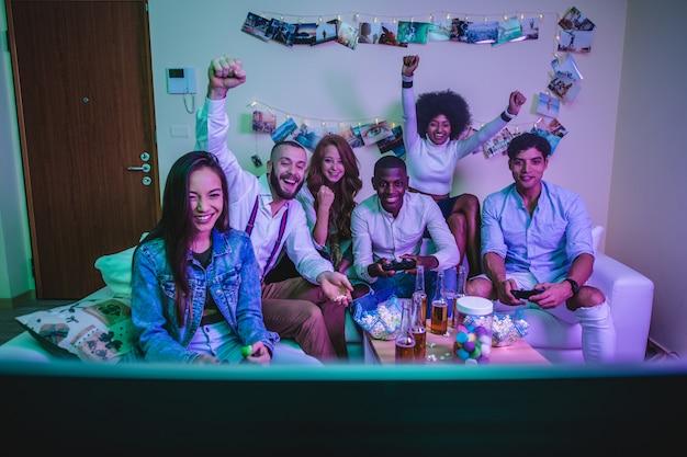 Grupa młodych ludzi świętuje i robi imprezy w domu