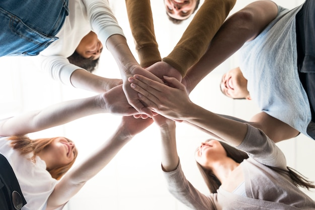 Grupa młodych ludzi, trzymając się za ręce