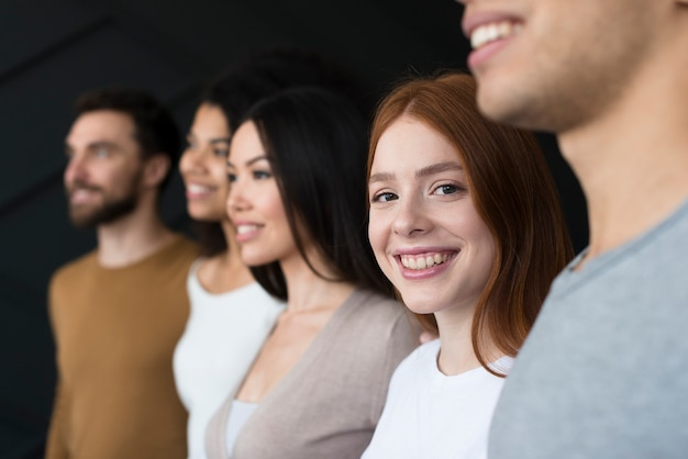 Grupa młodych ludzi uśmiecha się