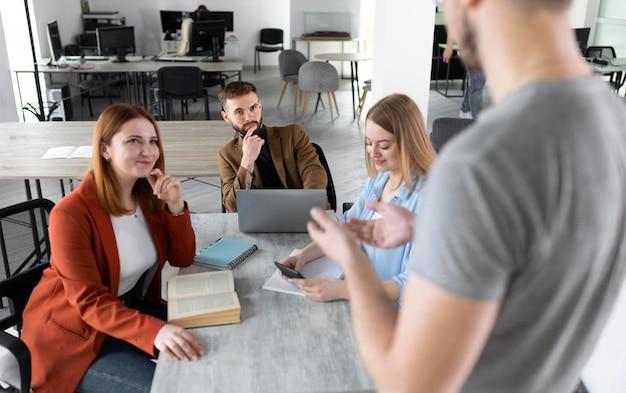 Grupa młodych ludzi w pracy