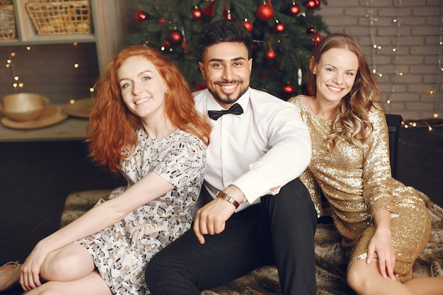 Grupa młodych ludzi z okazji nowego roku. kobiety z indyjskim mężczyzną.