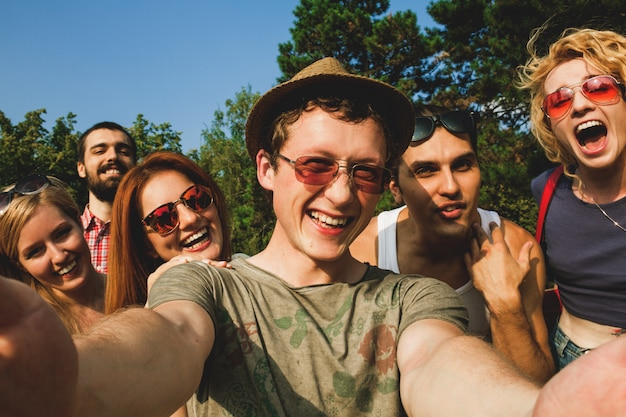Grupa młodych ludzi, zabawy i selfie