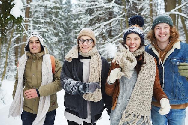 Grupa młodych ludzi zabawy na wakacjach