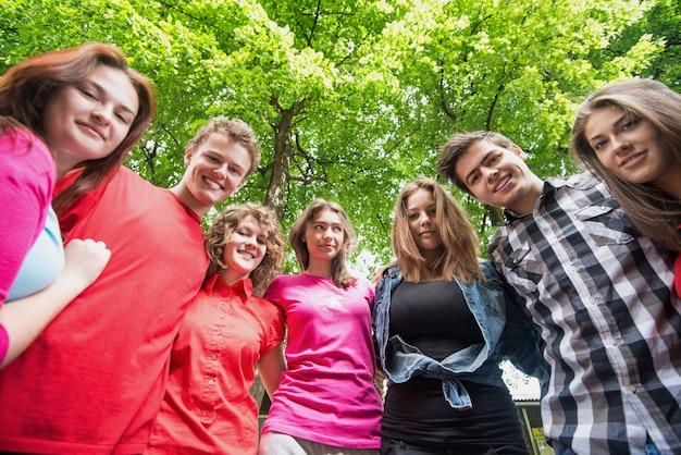 Grupa młodych ludzi