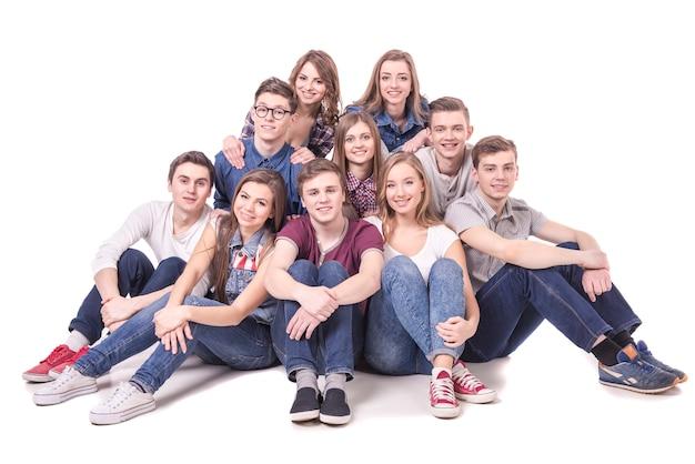 Grupa młodych nastolatków siedzi